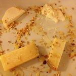 Degustazione di formaggi con miele nocciole e mandorle