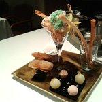 Aperitivos: Bombón líquido de Gin-Mint, y de pan con tomate y jamón. Crujiente de camarones.