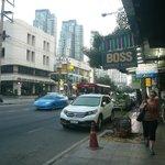 ホテルの前の道には日本食レストランも有り