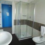 Badezimmer mit Dusche vom Fenster aus