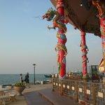 海に向かって建つ中国風祠