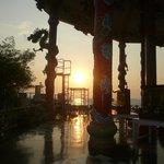 中国の祠と夕日