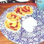 pancake con gelato e salsa di frutta