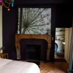 Chambre style ancien avec cheminée décorative
