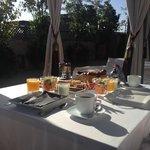 Petit-déjeuner sur la terrasse de la suite