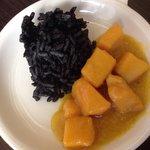 Jibia en amarillo con arroz negro de su tinta