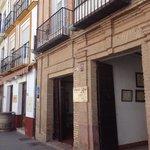 Fachada principal en calle Calzada