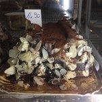 Semifreddo Nocciole Mandorle e coperture di cioccolato e mandorle a scaglie