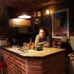 Кухня-столовая в цокольном этаже оформлена в ретро-стиле