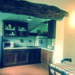 Cucina a vista fotografata da una delle camere.