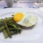 Hamburger di granda piemontese con uovo e asparagi