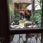 Blick aus dem Gastraum in den Innenhof.