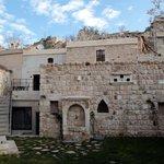 Nebenbau mit Cave-Rooms,li.o. mit Terrasse