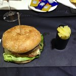 Bar Hotel, hamburguesa, con presentación minimalista