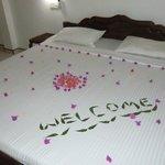 Bett unseres Zimmers liebevoll dekoriert