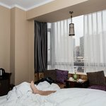 Даже лежа в кровати можно заценить вид из окна
