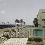 Vista desde la terraza hacia la pileta y la playa