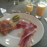 tostadita de aceite, jamón, kiwi, zumo antioxidante y natillas caseras