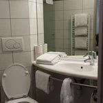 Salle de bain avec sèche serviette et sèche-cheveux