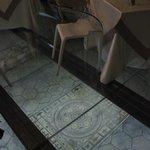 pavimenti trasparenti e sotto la villa romana
