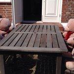 """Der var et sjovt """"bamsebord"""" udenfor kroen."""