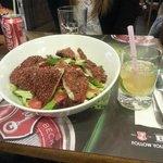 Gegrilde zalm met sesamkorst en salade met caipiranha cocktail