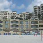 ホテルの前のビーチからホテルを臨む