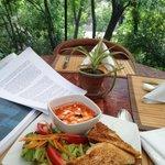 rica comida y la vista de la terraza