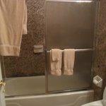 O banheiro é pra ser dividido mesmo, e é bem limpo