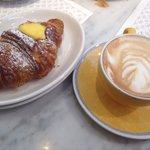 Cappuccino e brioche alla crema (2,50€)