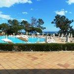 Un rayon de soleil sur la piscine face à la mer