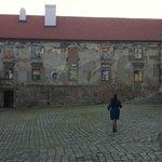 Странный дом с картинами вместо окон.