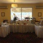 Buffet im Frühstücksraum mit Blick zur Terrasse