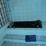 dunkle Badewanne um den Schmutz zu kaschieren