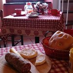 Colazione con salame e formaggio