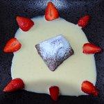 Fondant au chocolat crème anglaise au Cointreau et fraises