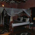 Кровать с пологом в номере