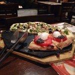 Pizza meia brócolis caboclo com meia capresi