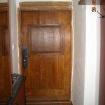 Входная дверь, слева немного видно кухню