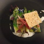 Asperges, filet d'anguille, jambon, tuile parmesan