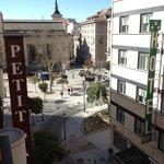 Vista do quarto do Petit Palace Tres Cruces