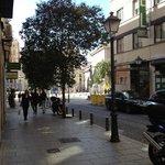 Rua em frente ao Petit Palace Tres Cruces