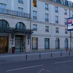 ホテルとバス停
