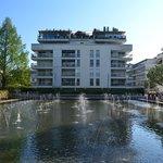 L'hotel visto dai giardini d'acqua