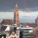 Domkerk en Domtoren gezien vanuit het nieuwe Vredenburg (en de Buurkerk met museum Speelklok). U