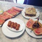 Pan con tomata, croquetas de pollo, tortilla, pan con berenjena, calabacín, cebollas, zanahoria