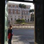 Em frente ao Ministério do Interior. Carabinieri 24h na frente. Mas desencana, Roma é para curti