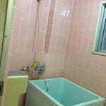 床に直置きの小型バスタブ。 固定されていないので、シャワー中に転倒すると命取りになります。