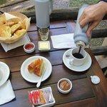 Desayuno, en la misma cabaña (espacio exterior propio)