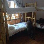 Dorm**dortoir avec lit en bois très confortable